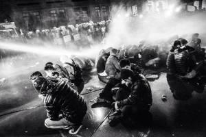 (三月二十四日凌晨警察對企圖佔領行政院的學生及民眾實施暴力驅離,造成上百人受傷數院。)