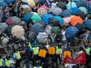 (圖片來源:http://www.businessinsider.com.au/umbrella-man-hong-kong-2014-9)