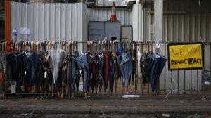 (圖片來源:http://qz.com/273446/hong-kongs-umbrella-revolution-may-be-the-politest-protest-ever/)
