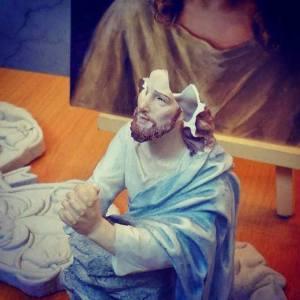 第一代「聖法蘭西斯/聖方濟各街頭小聖堂」,於2014年10月17日被警方拆去時,頭部被撃碎的耶穌像(網上圖片)